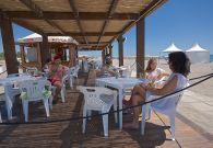 Chiosco bar sul mare con animazione